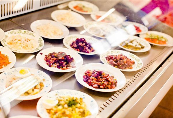 Еда в школьной столовой