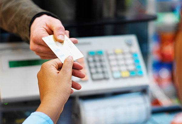 Покупатель передает кассиру карту