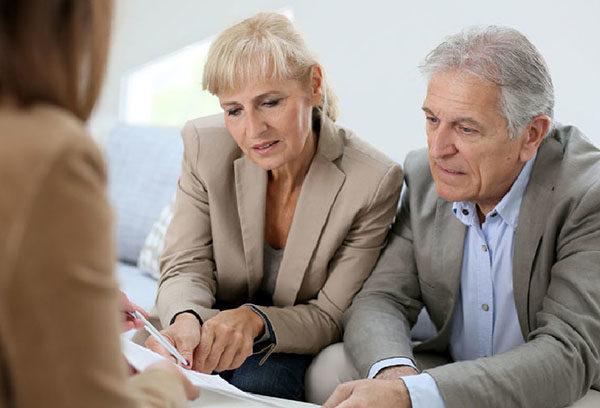 Пенсионеры изучают банковский договор